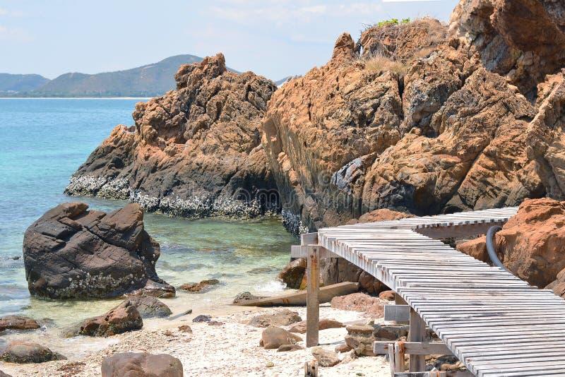 与岩石的木人行桥海边在海滩;酸值西康省, Chon 图库摄影