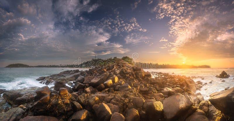Download 与岩石的热带海滩在海洋沙子海岸 库存照片. 图片 包括有 海岛, 风景, 海洋, 系列, 没人, 火箭筒 - 111105610