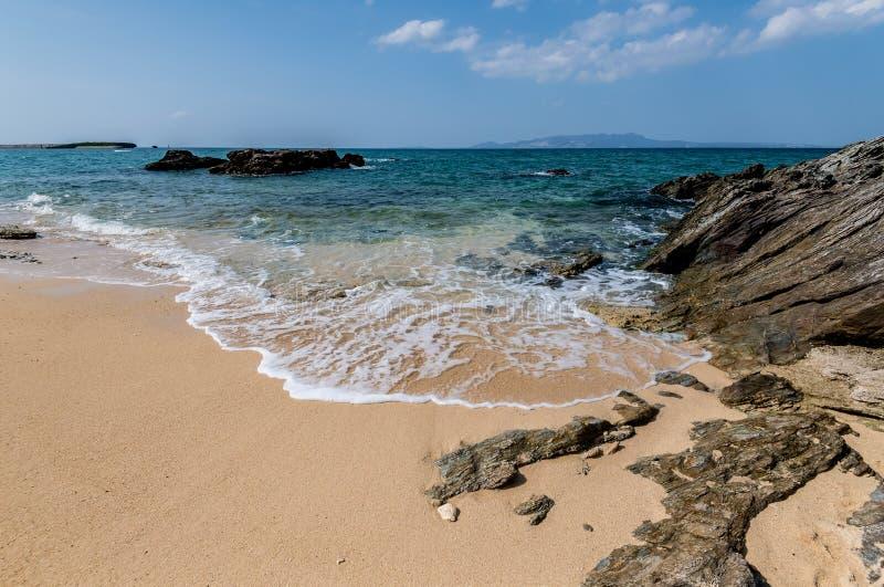 与岩石的美丽的海滩 免版税库存照片