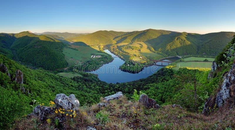 与岩石的美好的斯洛伐克的全景风景和河 库存图片