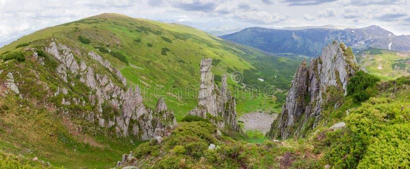 与岩石露出的山土坎在喀尔巴阡山脉,全景 库存照片
