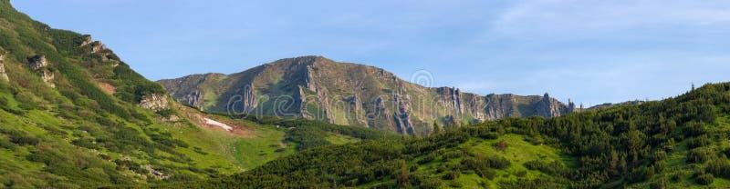 与岩石露出的山土坎在喀尔巴阡山脉,全景 图库摄影