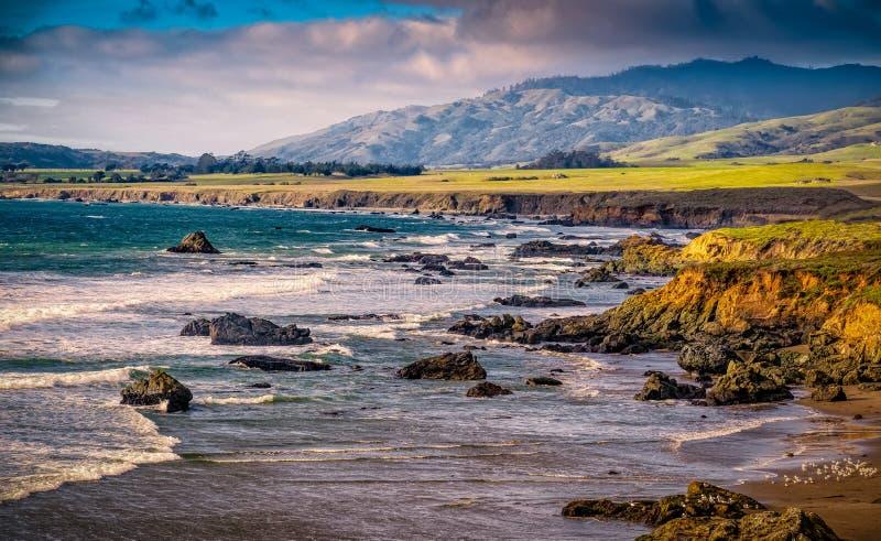与峭壁和岩石的加利福尼亚海岸 图库摄影