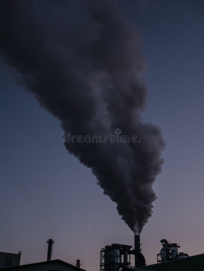 与工业管子和浓烟的都市风景 抽烟的植物,大气污染问题 库存图片