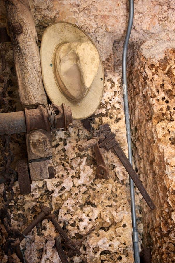 与工作工具和帽子的里面珊瑚洞 免版税库存图片