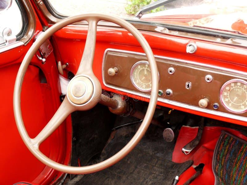 与工具和葡萄酒汽车的方向盘的仪表板 库存照片