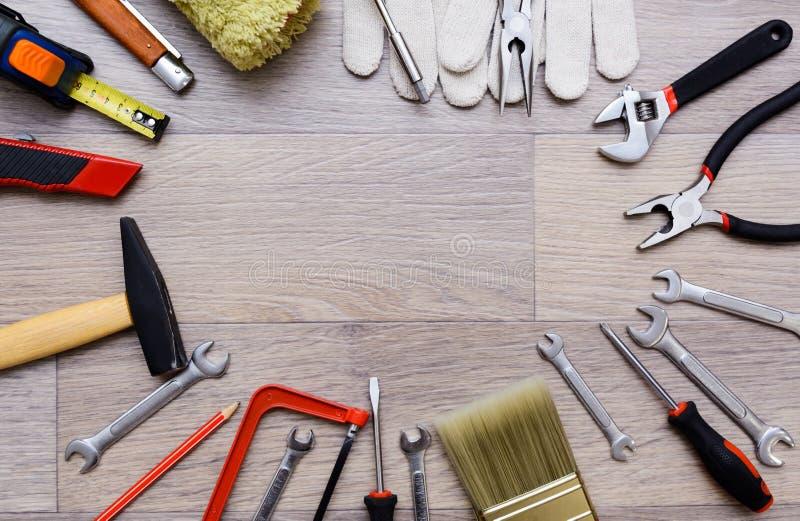 与工具的一个集合在一张木桌上 锤子,螺丝刀, gayachnye板钳,钳子,钢丝钳 顶视图 免版税图库摄影