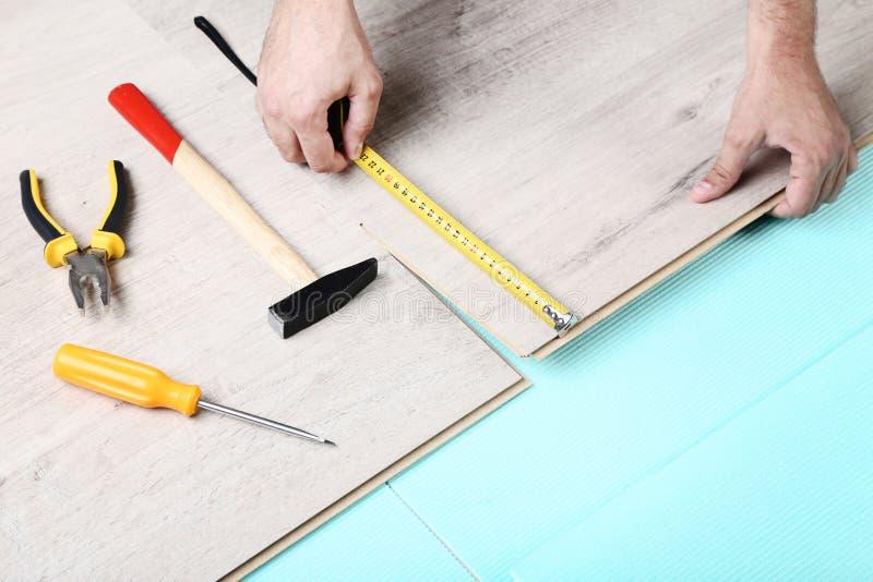 与工具的层压制品的地板 免版税库存图片