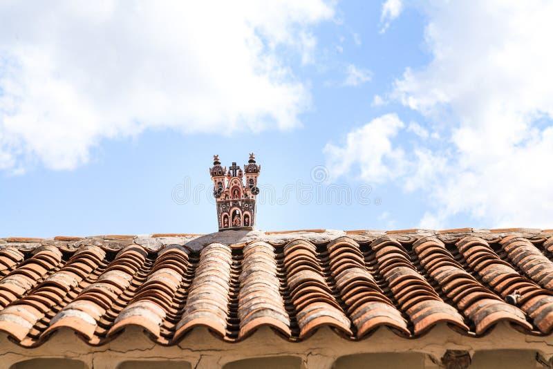 与工艺品的安地斯山的屋顶在上面 免版税库存图片