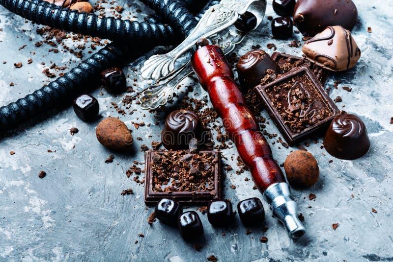 与巧克力味道的烟草水烟筒 免版税库存图片