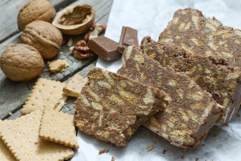 与巧克力坚果和饼干的自创蛋糕 免版税库存图片