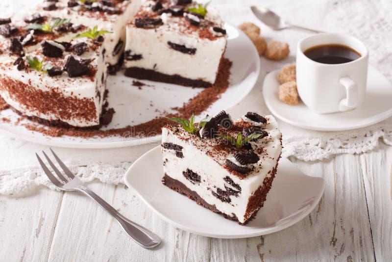 与巧克力曲奇饼分类片断的美丽的点心乳酪蛋糕  免版税库存图片