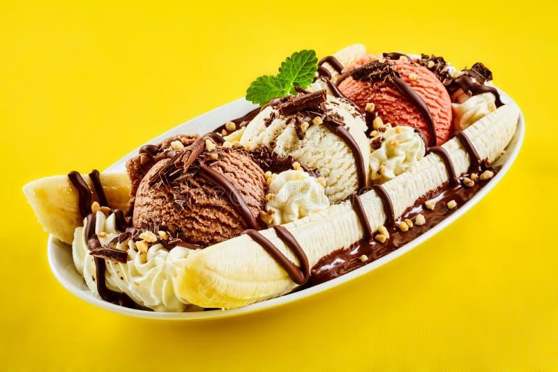 与巧克力毛毛雨的热带香蕉半剖条 库存图片