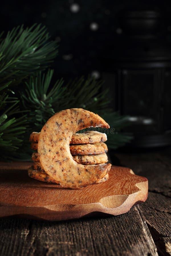 与巧克力片,月牙形的曲奇饼的脆饼 免版税库存图片