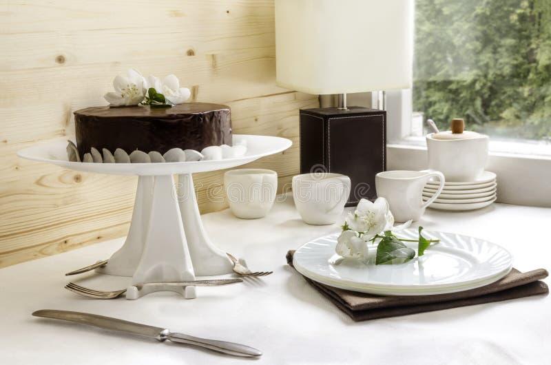 与巧克力釉的蛋白牛奶酥蛋糕 免版税库存图片