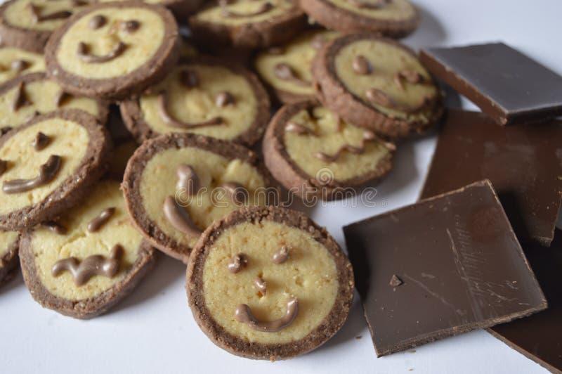 Download 与巧克力面孔的曲奇饼,与巧克力微笑 库存图片. 图片 包括有 黄色, 父亲, 母亲, 信函, 巧克力, 多维数据集 - 72366695