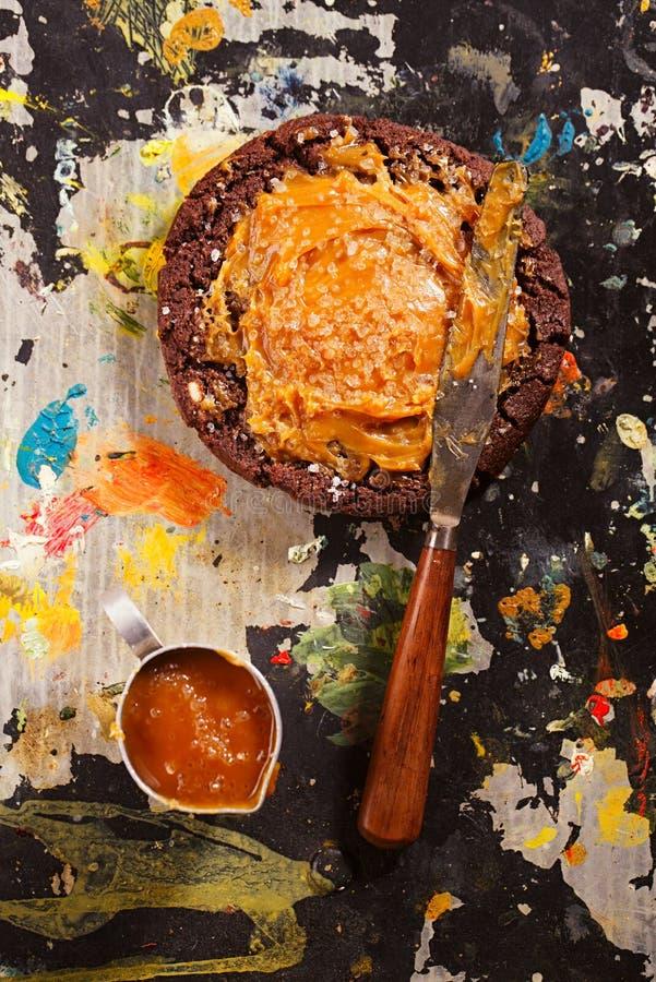与巧克力饼干和盐剥落Fleur de的盐味的焦糖 免版税库存照片