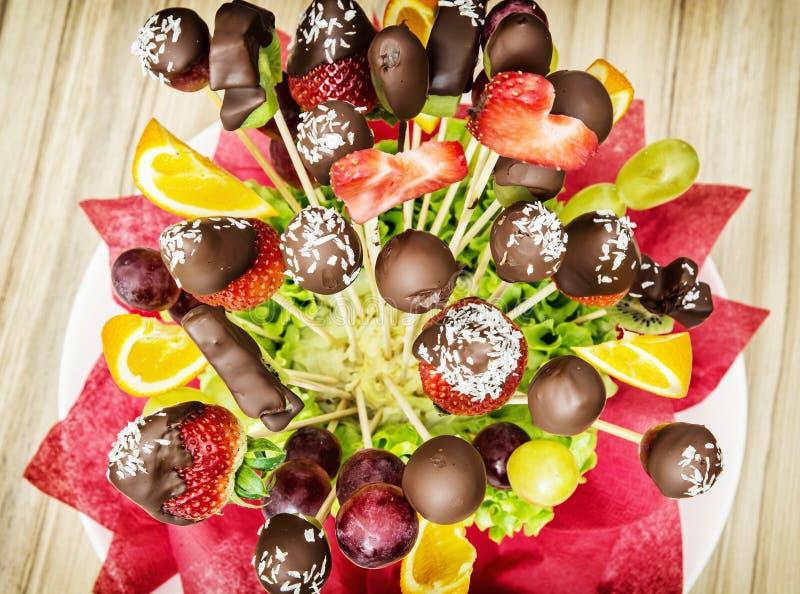 与巧克力结霜的果子花束,特别礼物 库存图片