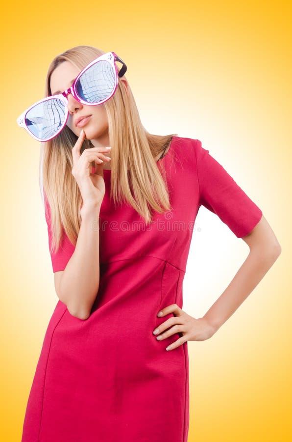 与巨型太阳镜的高模型 免版税库存图片