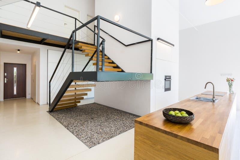 与巨型的楼梯的现代内部 免版税库存图片