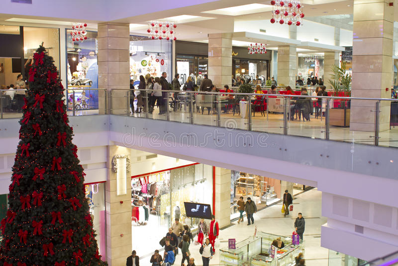 与巨大的圣诞树的购物中心 库存图片