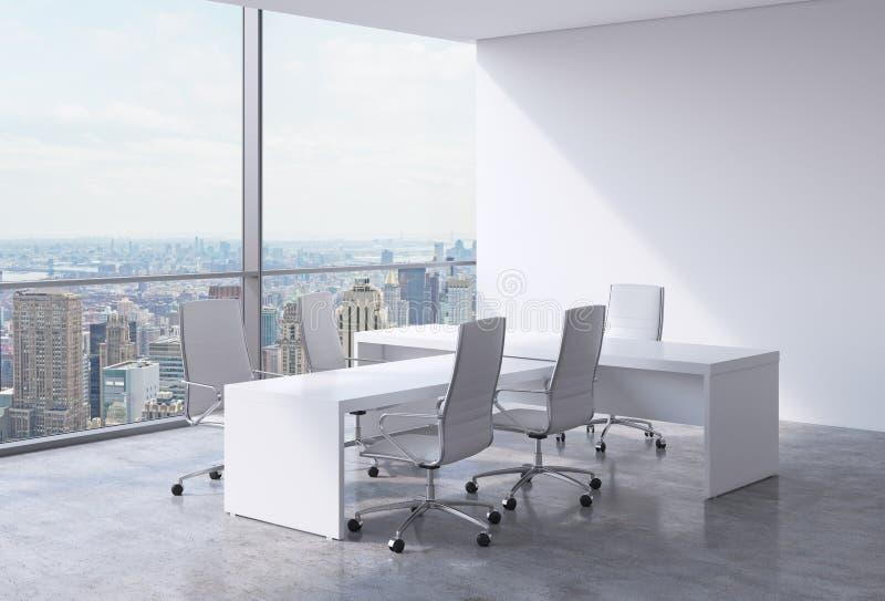 与巨大的窗口和纽约全景的现代办公室内部 CEO工作场所的概念 皇族释放例证