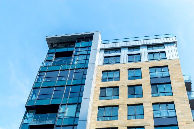 与巨大的窗口的现代公寓房大厦在街市的蒙特利尔 免版税图库摄影