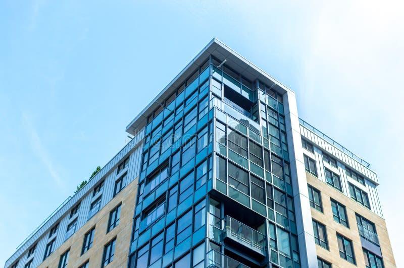 与巨大的窗口的现代公寓房大厦在街市的蒙特利尔 图库摄影