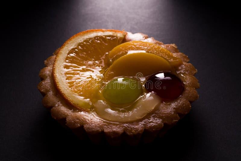 与布丁装填和一些果子的可口微型馅饼 免版税库存图片