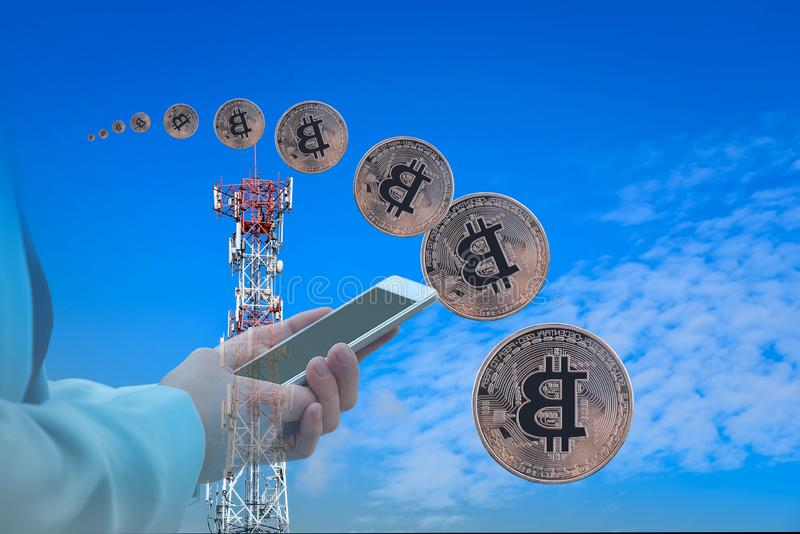 与帆柱通信的金黄Bitcoin 免版税库存图片