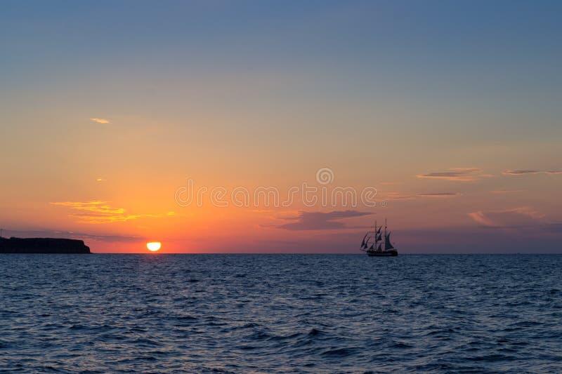 与帆船的日落 图库摄影