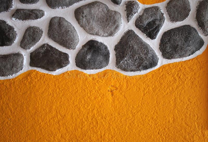 与希腊样式的黄色绘画石头纹理墙纸 库存照片