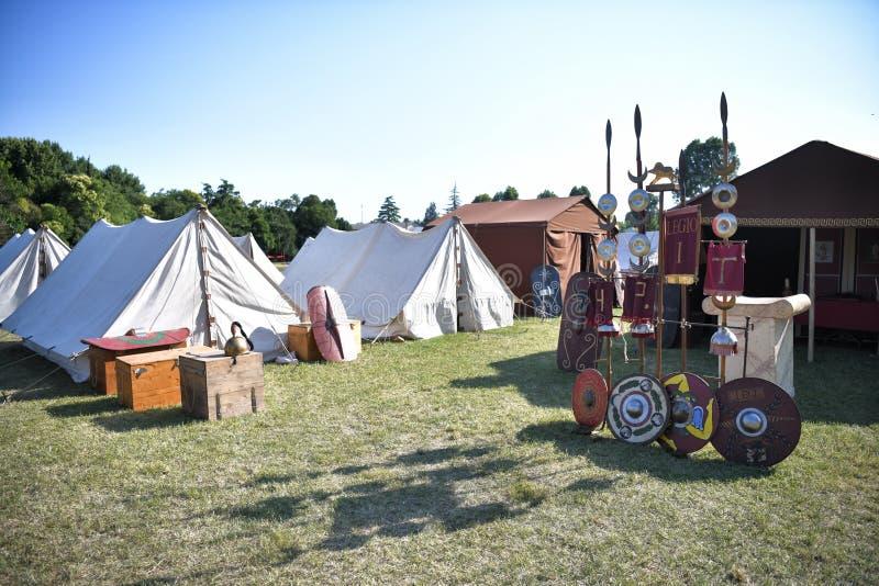 与帐篷、盾、盔甲和军队权威的罗马军团阵营 库存照片