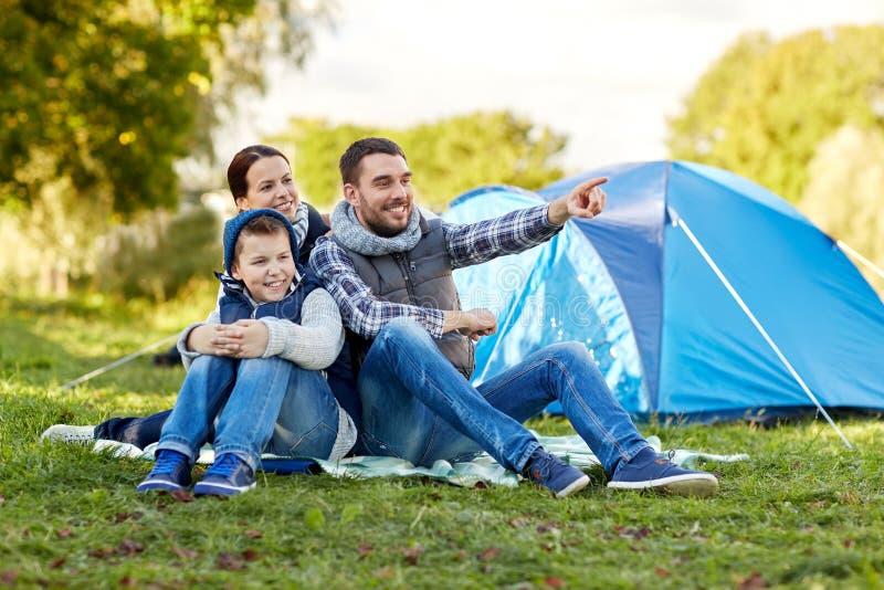 与帐篷的愉快的家庭在露营地 免版税库存图片
