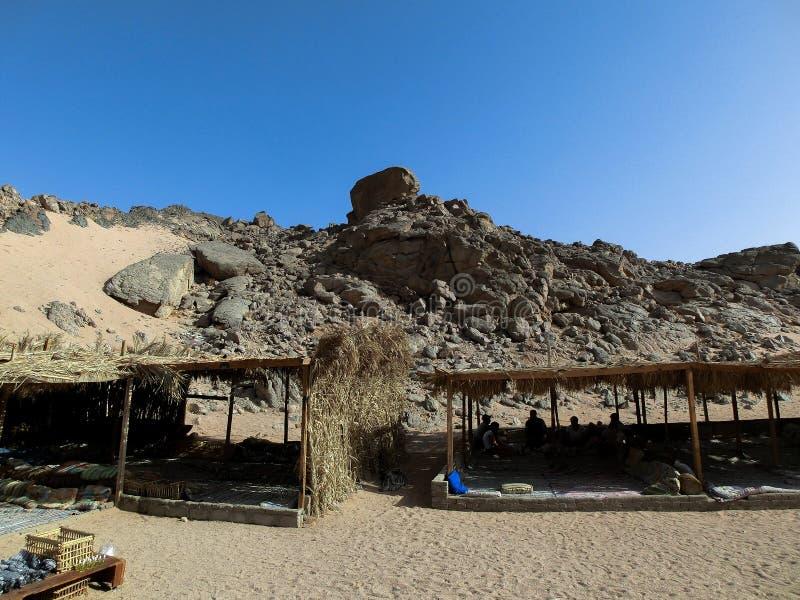 与帐篷的Beduin阵营在Sharm El谢赫,埃及附近的沙漠 免版税库存图片