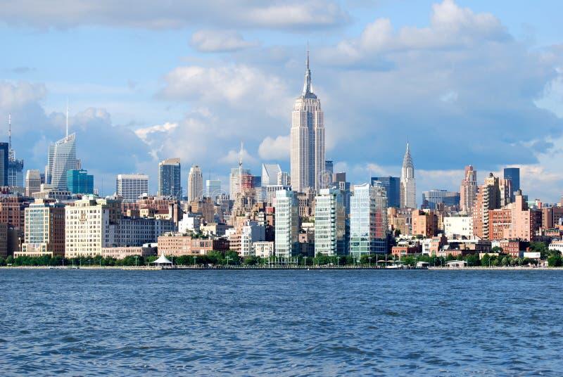 与帝国大厦的曼哈顿地平线在哈得逊河, NYC 库存图片