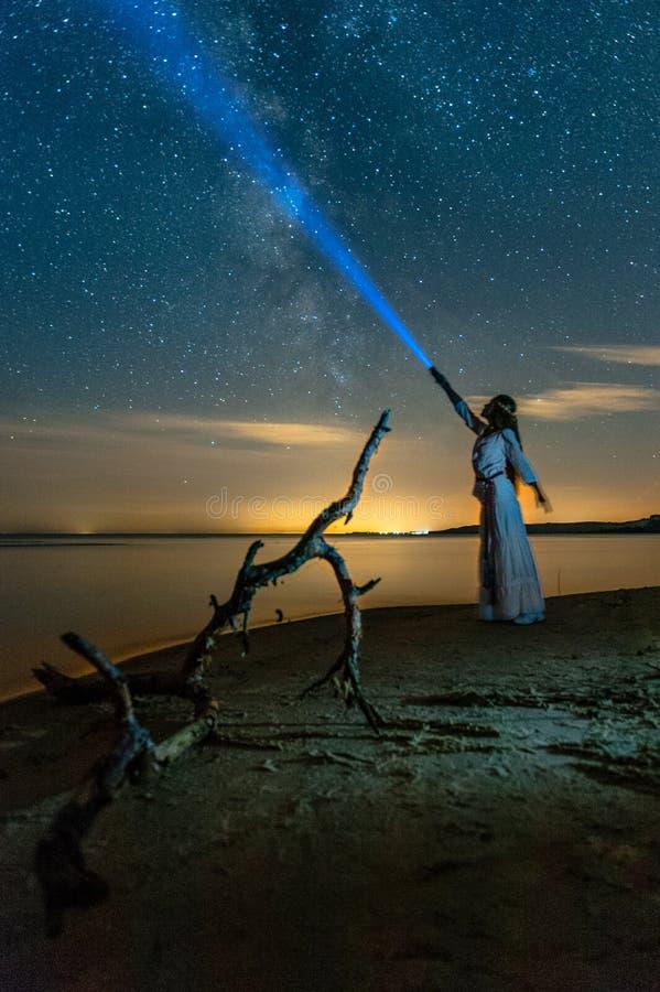 与常设妇女的美丽的银河 库存照片