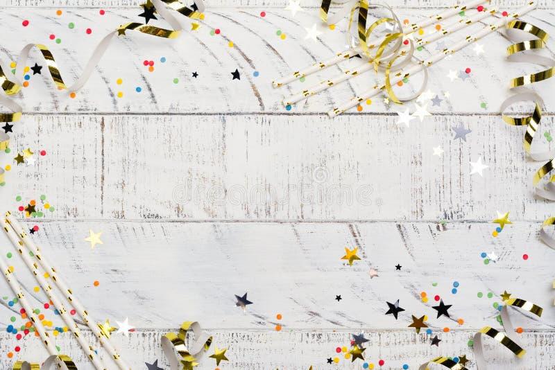 与帽子、飘带、五彩纸屑和气球的明亮的欢乐狂欢节背景在白色背景 免版税库存图片
