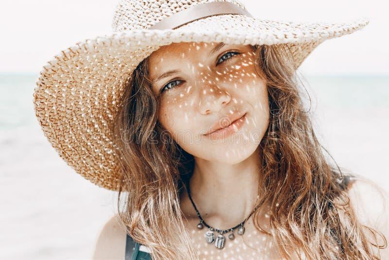 与帽子阴影的美丽的时髦的少妇画象在面孔 免版税库存图片