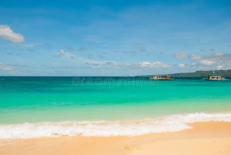 与干净的沙子和清楚的海的美丽的热带海滩 博拉凯,菲律宾 库存图片