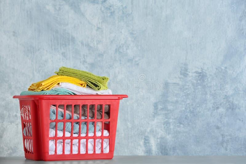 与干净的洗衣店的篮子在桌,文本的空间上 免版税库存照片