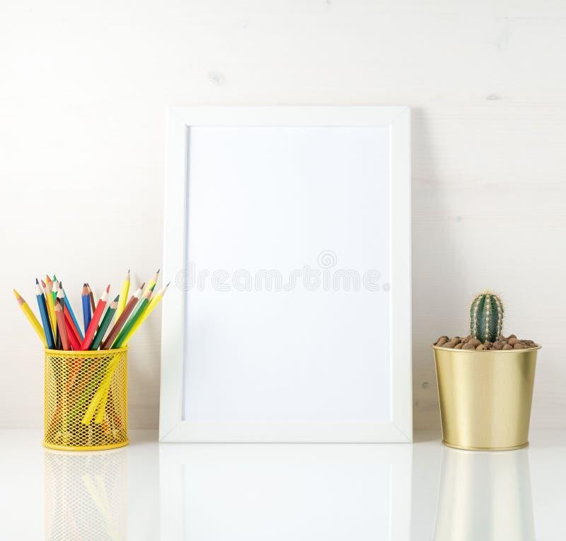 与干净的白色框架、色的铅笔和多汁植物的大模型在白色背景 创造性的概念,画 库存照片