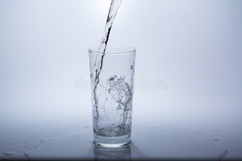 与干净的饮用水的透明玻璃 库存照片
