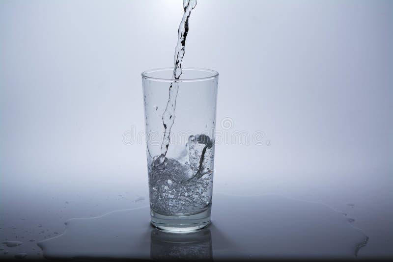 与干净的饮用水的透明玻璃 免版税库存图片