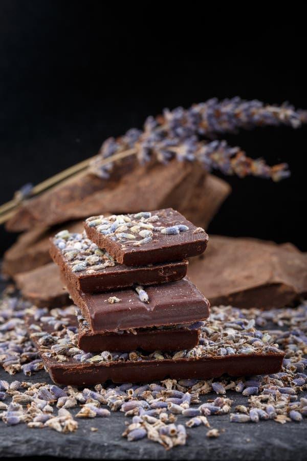 与干淡紫色花的黑暗的巧克力块 库存照片