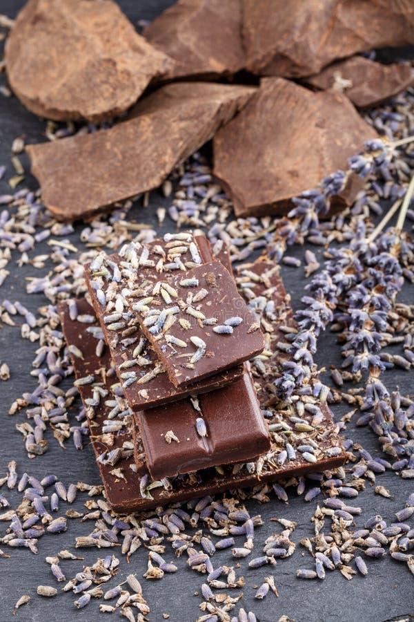 与干淡紫色花的黑暗的巧克力块 库存图片