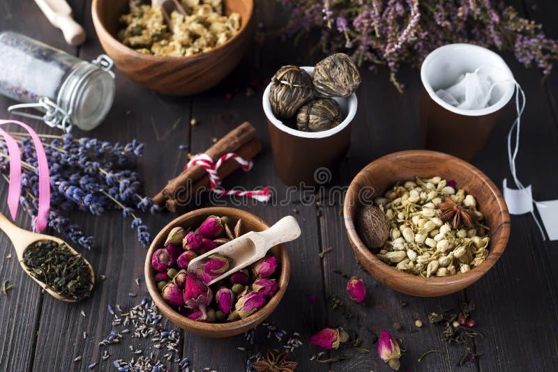 与干燥花成份的草本自然花卉茶注入 免版税库存照片