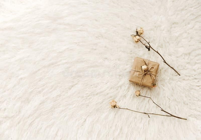 与干燥花的手工制造被包裹的礼物 最小舒适 免版税库存图片