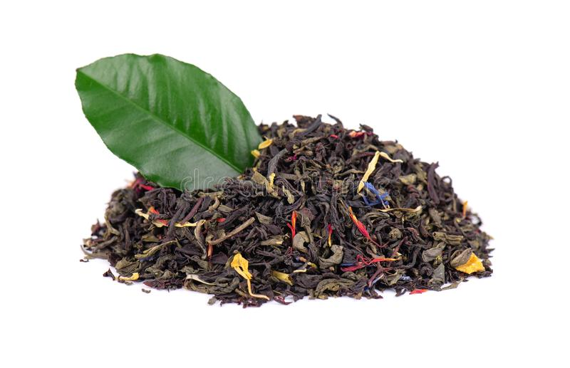 与干燥花-金盏草、玫瑰和矢车菊瓣的黑和绿色锡兰茶,隔绝在白色背景 ?? 库存图片