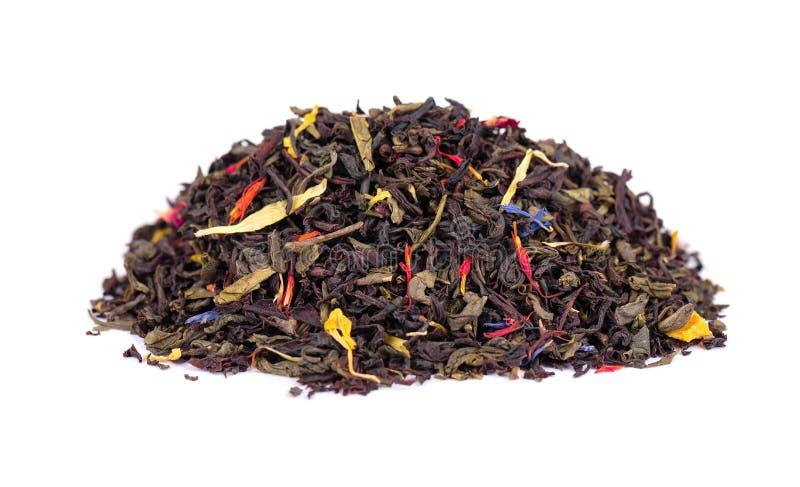 与干燥花-金盏草、玫瑰和矢车菊瓣的黑和绿色锡兰茶,隔绝在白色背景 ?? 免版税图库摄影